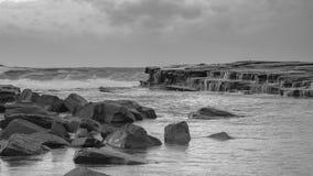 Rocky Daybreak Seascape i svartvitt royaltyfri bild