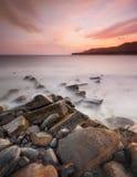 Rocky Dorset Coastline på solnedgången Arkivfoto
