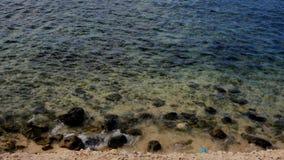 Rocky Feature Blue Water Arkivfoton