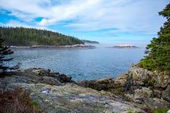 Rocky Forested Coast en Maine fotos de archivo