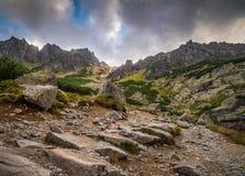 Rocky Hiking Trail nas montanhas fotos de stock royalty free