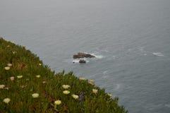 Rocky Island Around The Cliff no cabo da rocha em Sintra Natureza, arquitetura, hist?ria 13 de abril de 2014 r fotos de stock