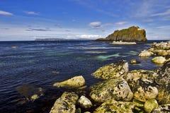 Rocky Island outre de la côte d'Antrim Photos stock