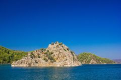 Rocky Islands in het Egeïsche overzees op een duidelijke Zonnige dag stock afbeelding