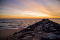 Rocky Jetty ed oceano ad alba fotografia stock libera da diritti