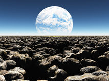 Rocky Landscape med planeten eller den terraformed månen i th Royaltyfria Bilder