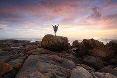 Rocky Landscape y océano en la salida del sol Fotografía de archivo