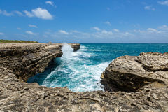 Rocky Limestone Coastline au pont Antigua du diable photos stock