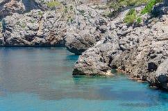 Rocky Mediterranean-Küstenlinie am heißen Sommertag Lizenzfreies Stockfoto
