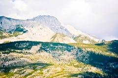 Rocky Mountain con la nube blanca imagenes de archivo