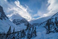 Rocky Mountain dichtbij Meer Louise Stock Afbeeldingen