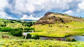 Rocky Mountain e Rolling Hills em Nicola Valley no Columbia Britânica, Canadá foto de stock royalty free