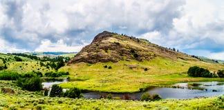 Rocky Mountain e Rolling Hills em Nicola Valley no Columbia Britânica, Canadá fotografia de stock