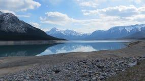 Rocky Mountain Lake med reflexioner Royaltyfria Bilder
