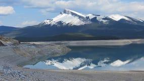 Rocky Mountain Lake mit Reflexionen Stockfotos