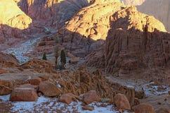 Rocky Mountain Landscape scénique Le logement du petit bédouin caché entre les montagnes Bâti Horeb, Gabal Musa de mont Sinaï photos stock