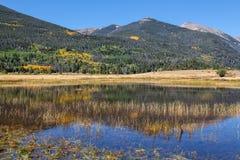 Rocky Mountain Reflection en automne Photographie stock libre de droits