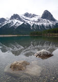 Rocky Mountain Reflection innevato sul lago blu Fotografia Stock Libera da Diritti