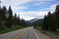 Rocky Mountain Road till och med självständighetpasserande Royaltyfri Bild