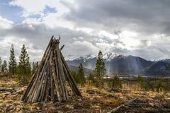 Rocky Mountain Teepee und Sonnenstrahlen Stockfoto