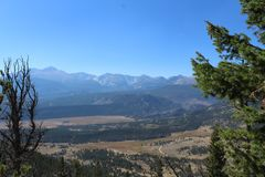 Rocky Mountain Trail Hiking lizenzfreie stockbilder