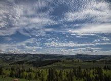 Rocky Mountain Valley an einem bewölkten Frühlingstag stockbilder
