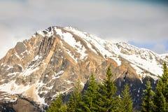 Rocky Mountain y un cielo azul imagenes de archivo