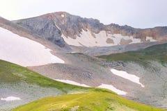 Rocky Mountains in Caucaso con la neve del ghiacciaio Fotografia Stock Libera da Diritti