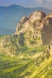 Rocky Mountains in Caucaso e nel paesaggio della valle verde Fotografia Stock