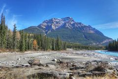 Rocky Mountains con il letto di insenatura in priorità alta Immagine Stock