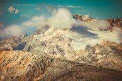 Rocky Mountains con le nuvole e paesaggio della neve del ghiacciaio il bello Immagini Stock Libere da Diritti