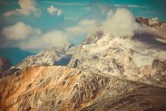Rocky Mountains con le nuvole e paesaggio della neve del ghiacciaio il bello Fotografie Stock Libere da Diritti