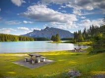 Rocky Mountains, dos Jack Lake, Canadá Foto de archivo