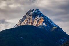 Rocky Mountains i British Columbia på en mulen höstdag Royaltyfri Fotografi