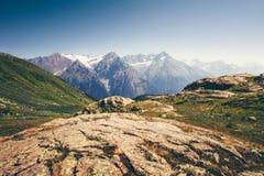 Rocky Mountains Landscape i Abchazien med blå himmel Royaltyfria Foton