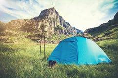 Rocky Mountains Landscape och tältet som campar med trekking poler och kängor, reser livsstil Royaltyfri Foto