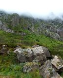 Rocky Mountains na névoa imagem de stock