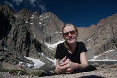 Rocky Mountains National Park med fotvandrareflickan arkivbild