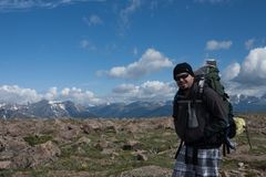 Rocky Mountains National Park med fotvandraren arkivbilder