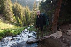 Rocky Mountains National Park med fotvandraren på en slinga Longs maximumet royaltyfria foton