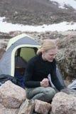 Rocky Mountains National Park med fotvandraren på en slinga Longs maximumet royaltyfri foto