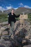 Rocky Mountains National Park med fotvandraren på en slinga Longs maximumet royaltyfria bilder