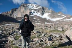 Rocky Mountains National Park med fotvandraren på en slinga Longs maximumet arkivbild