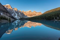 Rocky Mountains no nascer do sol foto de stock royalty free