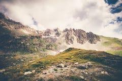 Rocky Mountains och molnlandskap i Abchazien Arkivbilder