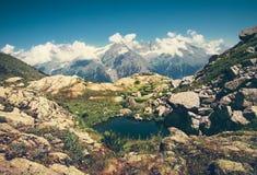 Rocky Mountains och sjölandskap i Abchazien Royaltyfri Foto