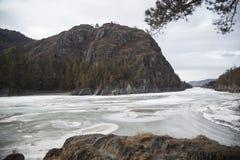 Rocky Mountains op de kusten van een ijzige rivier stock fotografie