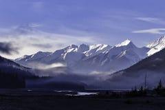 Rocky Mountains près de champ AVANT JÉSUS CHRIST Images libres de droits