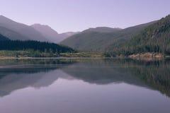Rocky Mountains que reflete no lago Granby, Colorado imagem de stock royalty free