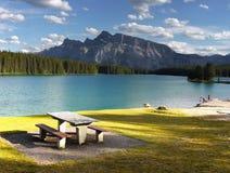 Rocky Mountains två Jack Lake, Kanada Arkivfoto